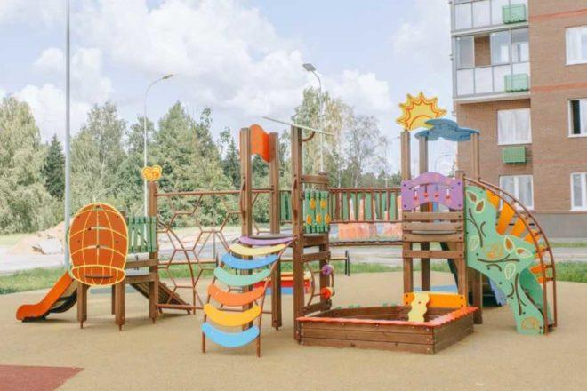 detskaya-ploshchadka-vo-dvore-zhk-himki-2019
